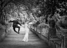 Bride and groom in the gardens of Villa Cimbrone