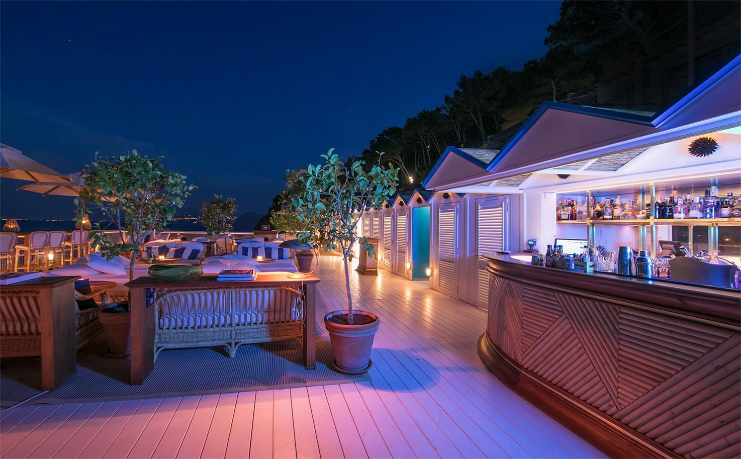 Il Riccio terrace bar at night