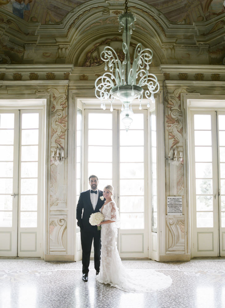 Bridal couple in the frescoed hall