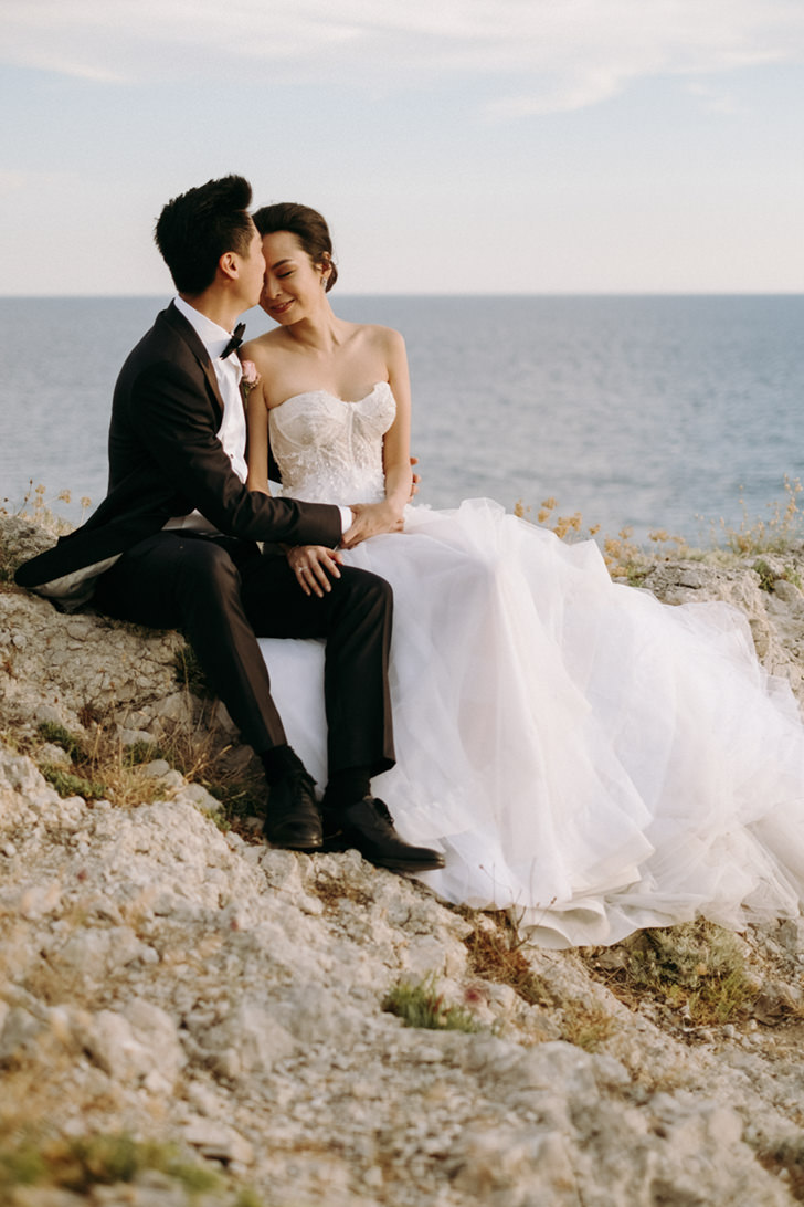 Bride and groom on the cliffs of Capri