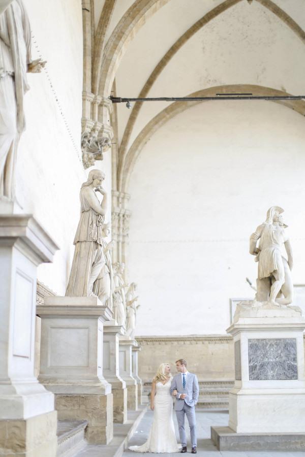 Bridal couple in the Loggia dei Lanzi