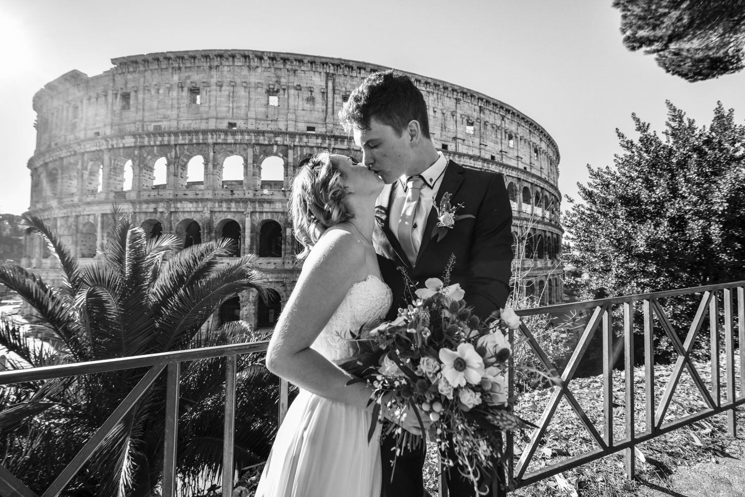 A kiss in front of the Colosseum