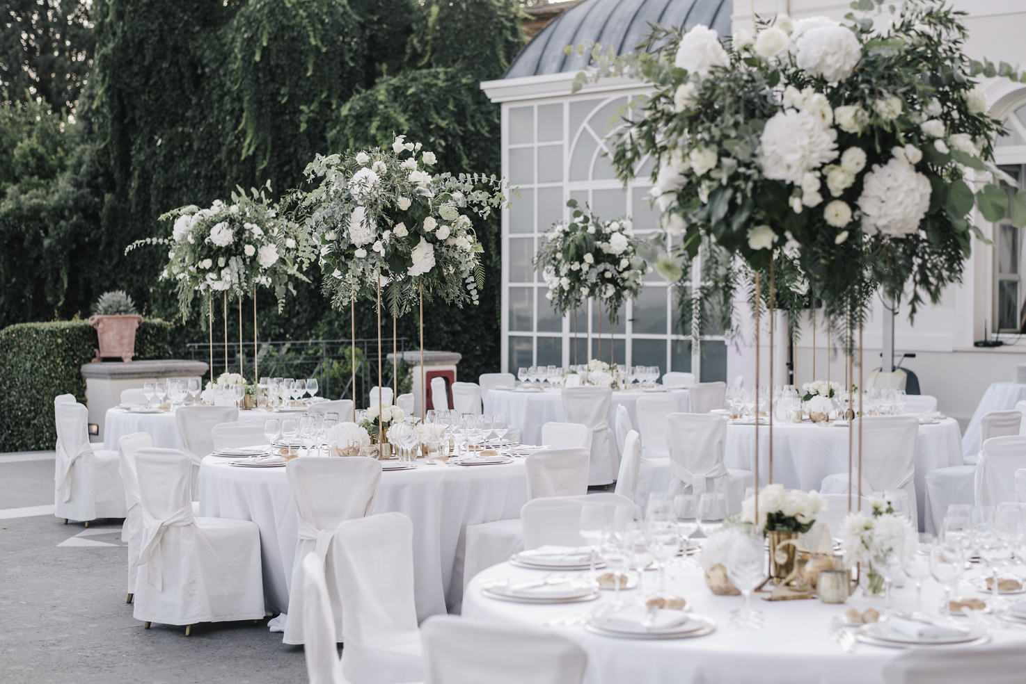Outdoor wedding banquet at Villa Miani