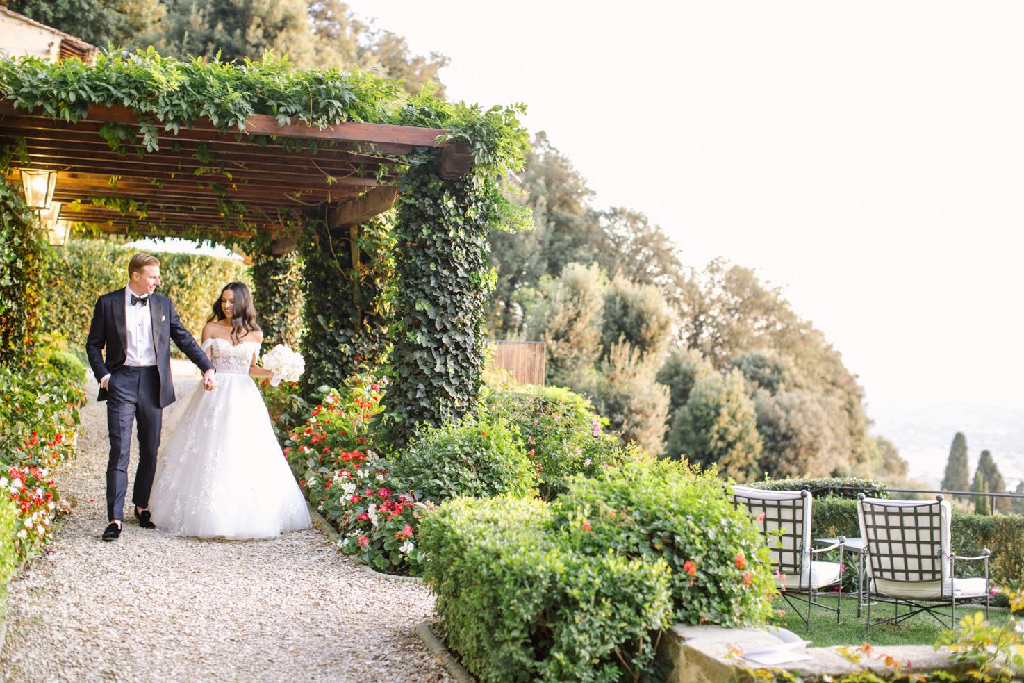 Bridal couple in the gardens of Villa San Michele