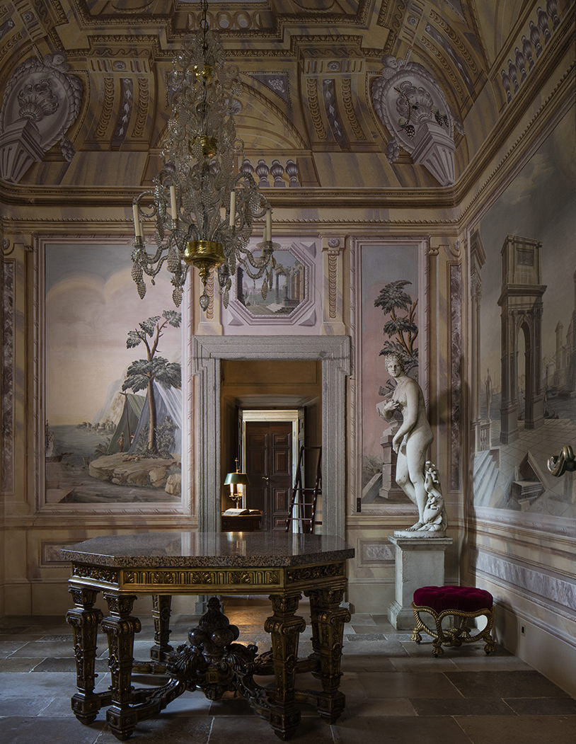 Frescoed room with marble statue
