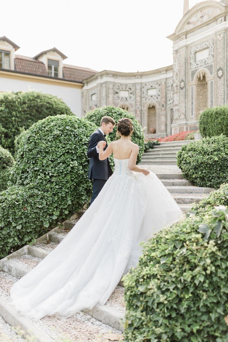 Bride and groom in the gardens of Villa d'Este