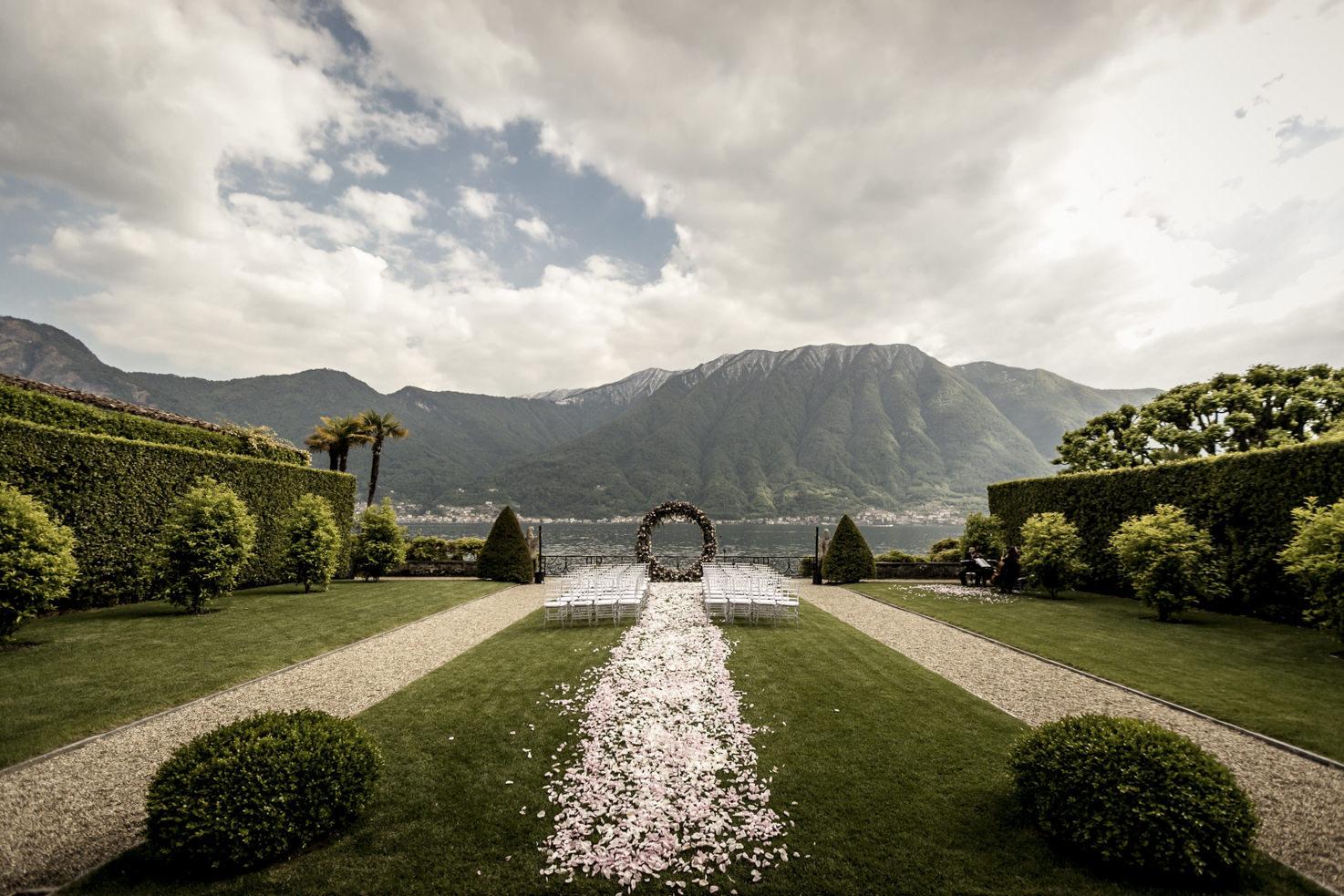 Wedding ceremony in the gardens of Villa Il Balbiano