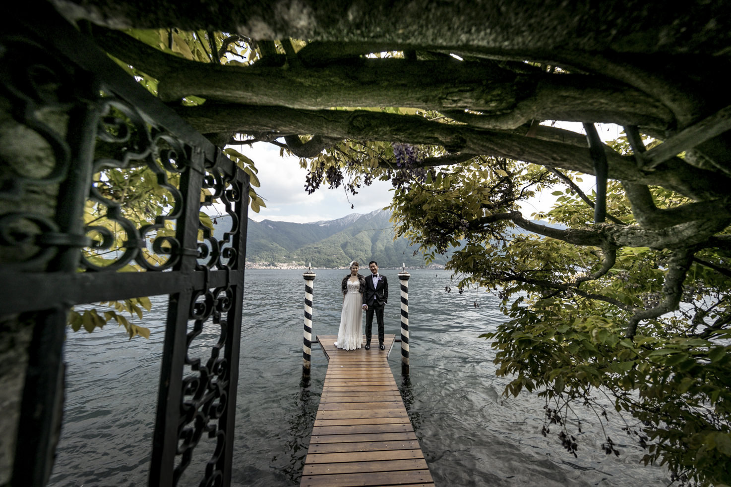 Bridal couple on the pier of Villa Il Balbiano