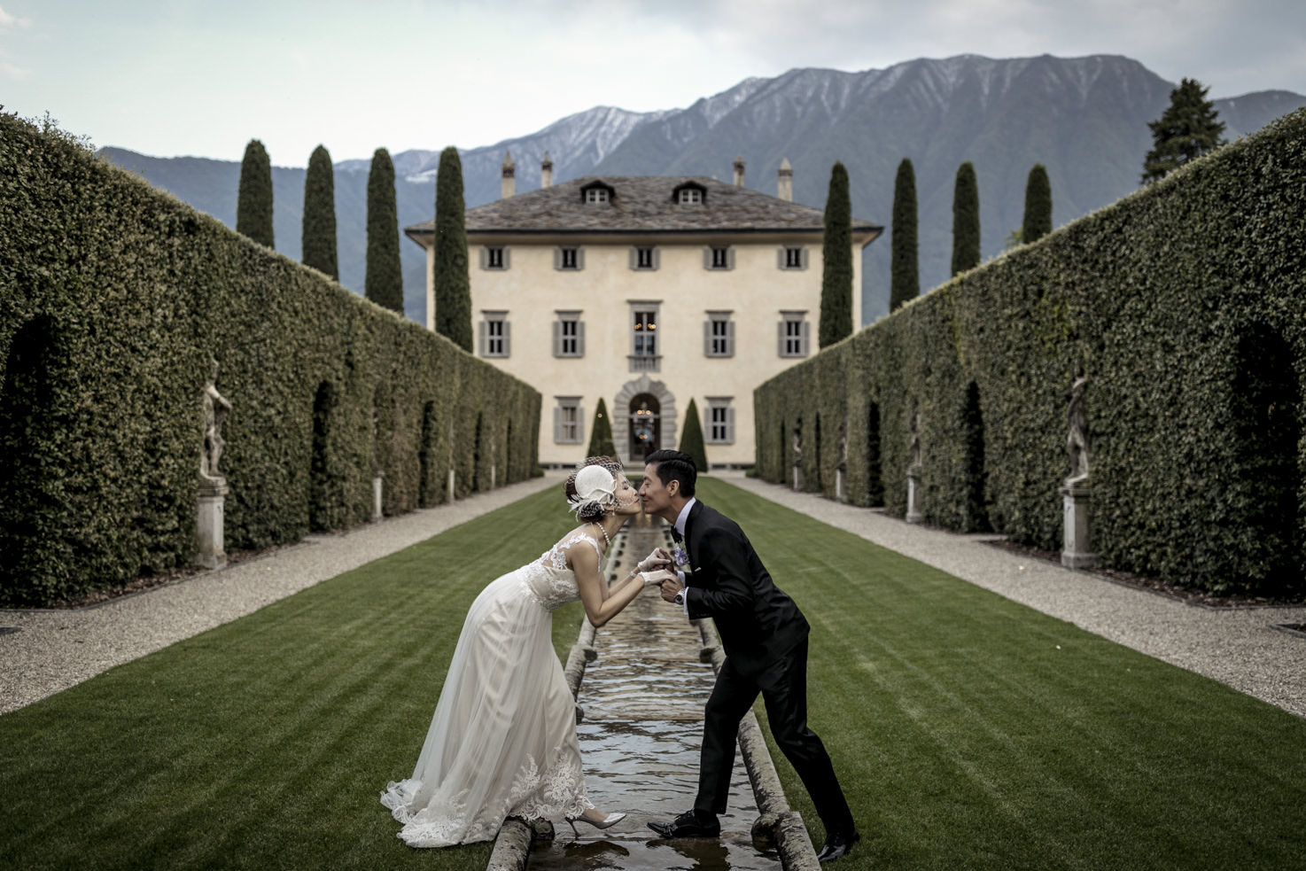 Bride and groom in front of the villa