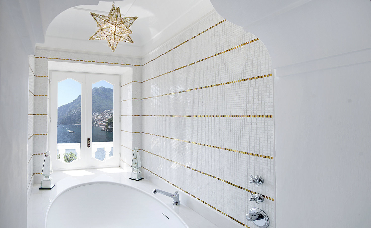 Deluxe bathroom with sea view