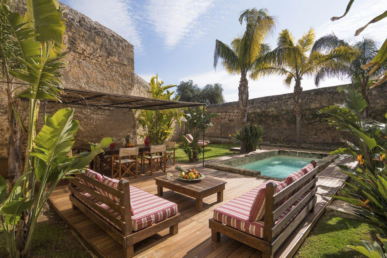Suite with private garden and pool