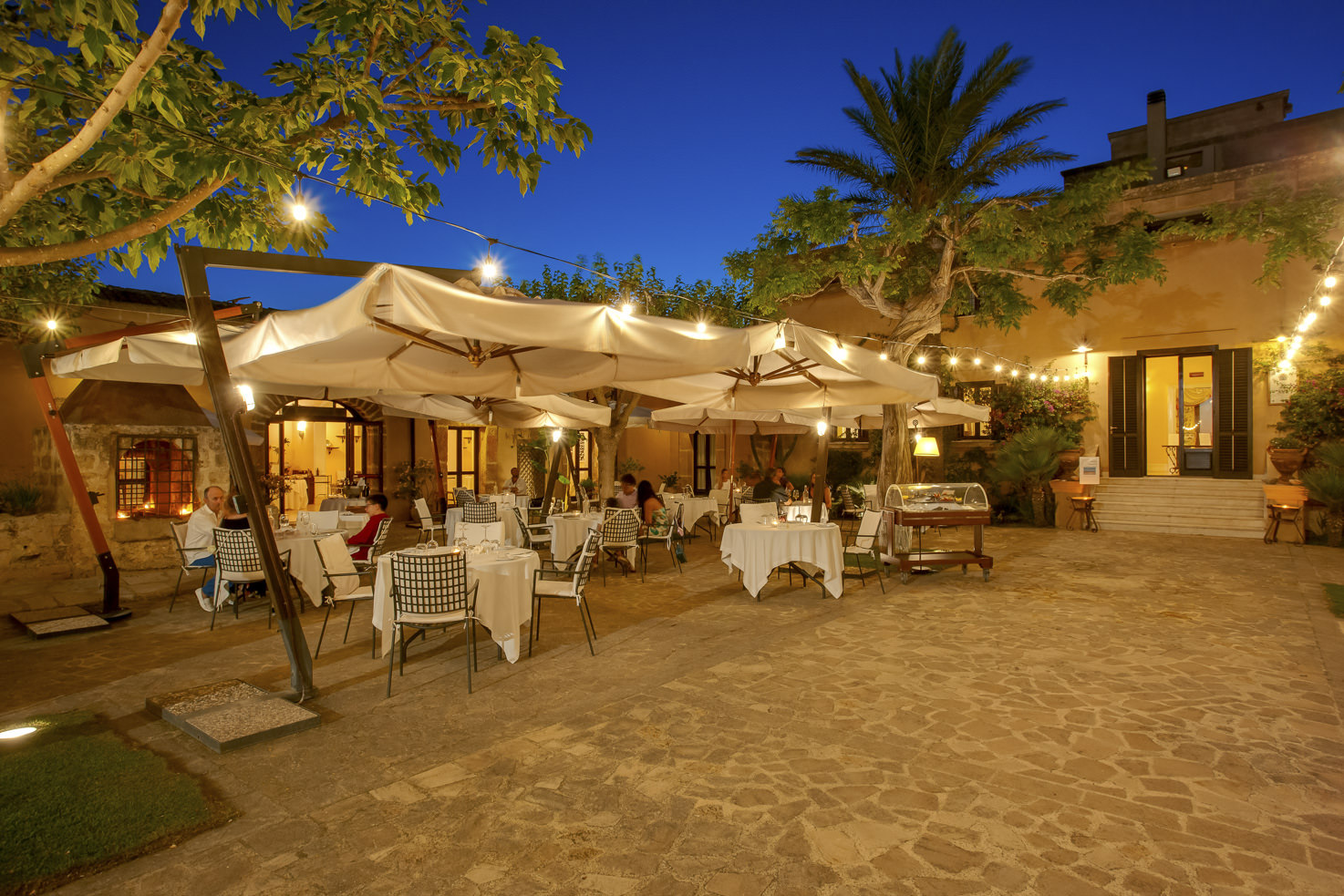 Restaurant in the courtyard of Baglio Oneto