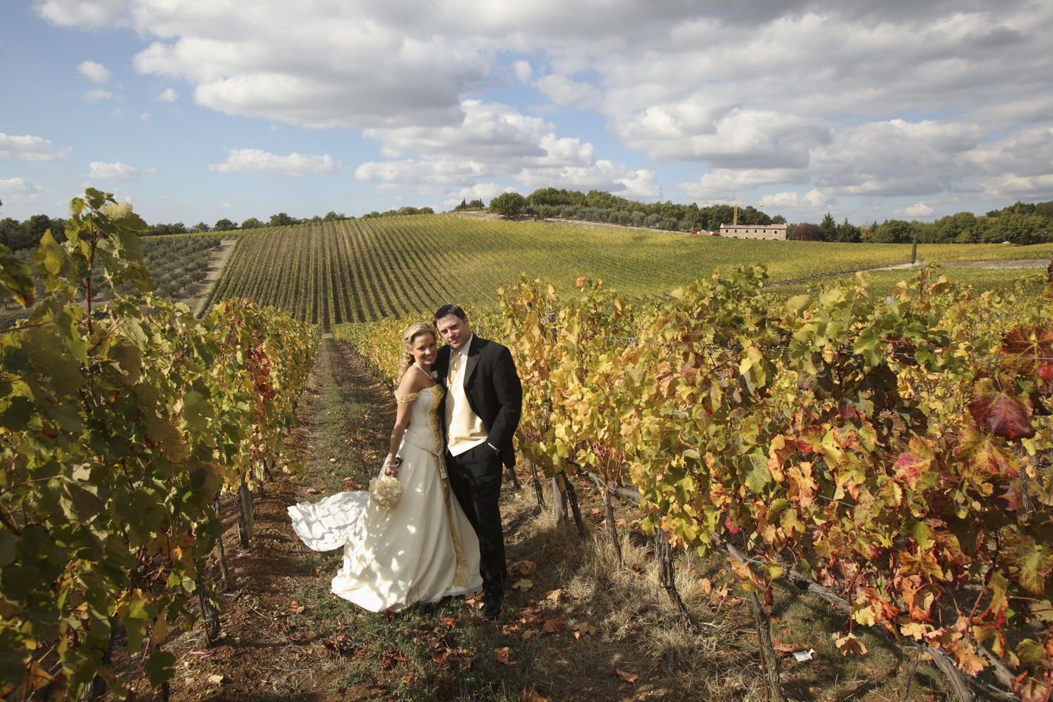 Bridal couple in the Chianti vineyards