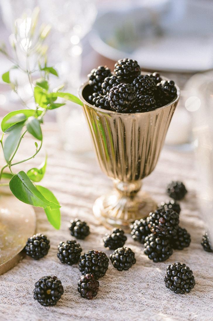 Decoration with blackberries