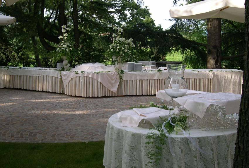 Wedding cocktail in the gardens of Castello di Spessa