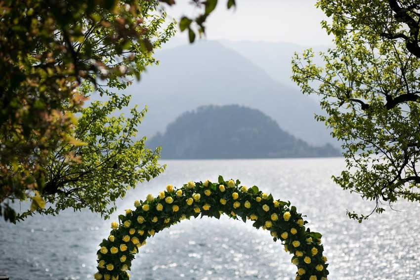 Outdoor wedding with civil ceremony in Varenna on Lake Como
