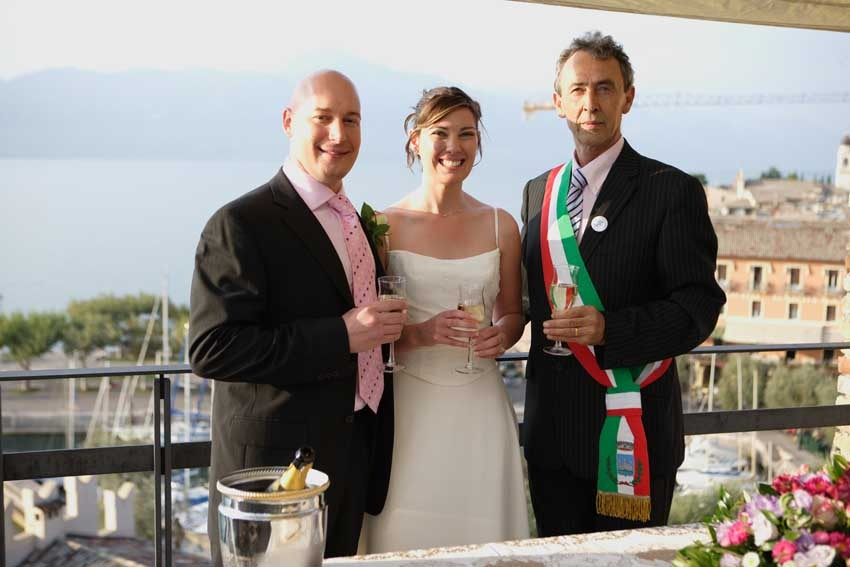 Outdoor civil wedding at Torri del Benaco on Lake Garda