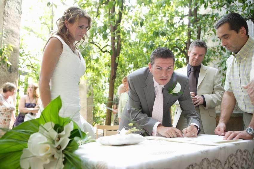 Outdoor civil ceremony at Torri del Benaco on Lake Garda