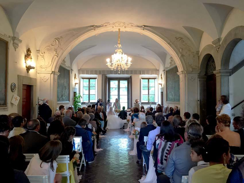 Civil ceremony in Lucca in the hall of Villa Bernardini