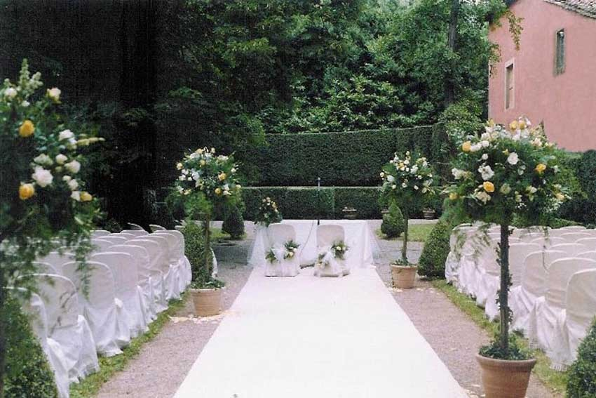 Outdoor wedding ceremony at Villa Grabau in Lucca, Tuscany