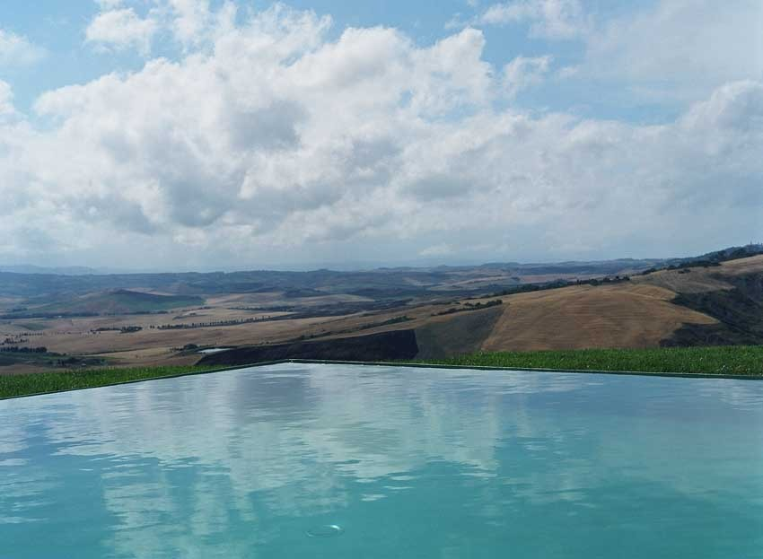 Infinity pool at La Bandita wedding venue in the Tuscan countryside