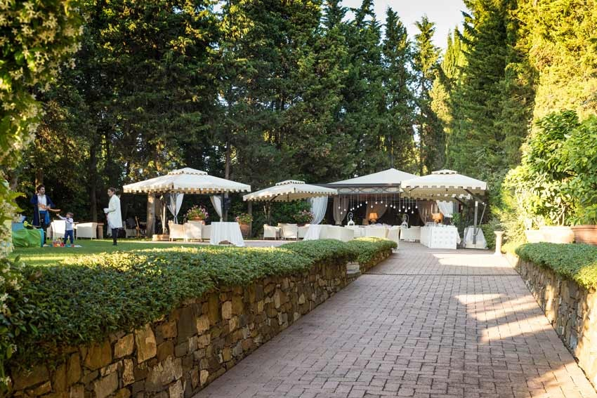 Cocktail in the gardens of Antica Fattoria Paterno for weddings in Tuscany