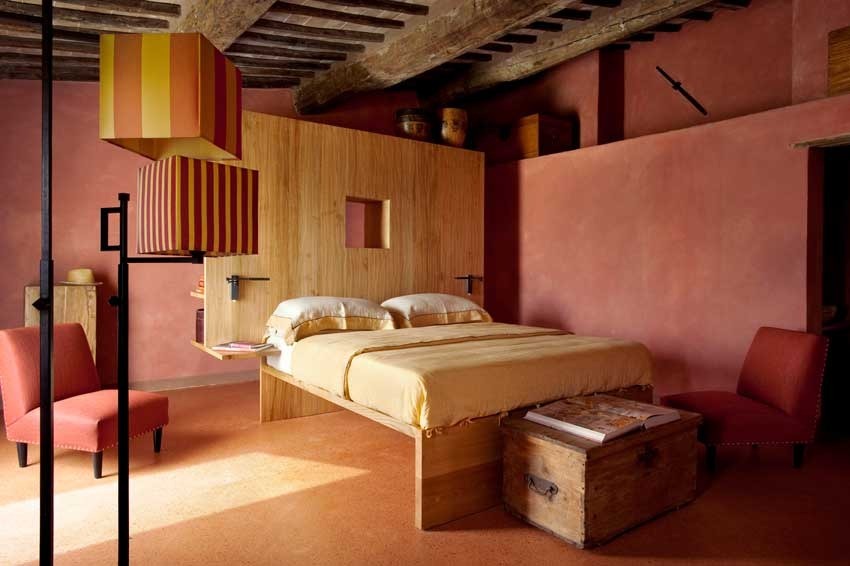 Bedroom in Val d'Orcia villa for Tuscany weddings