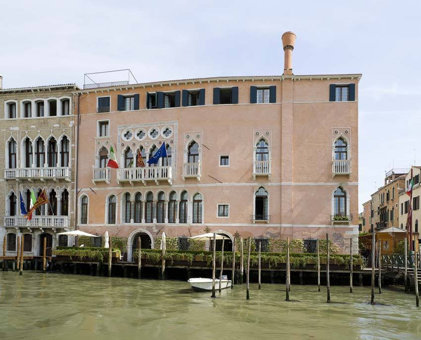 Facade of Cà Sagredo for luxury weddings in Venice