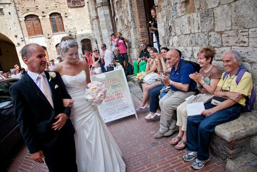 Outdoor civil wedding in San Gimignano, Tuscany