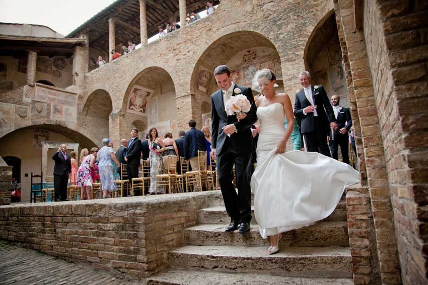 Destination wedding with civil ceremony in Tuscany, San Gimignano