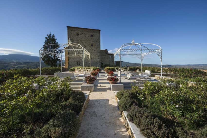 Castle weddings in Tuscany at Castello di Velona