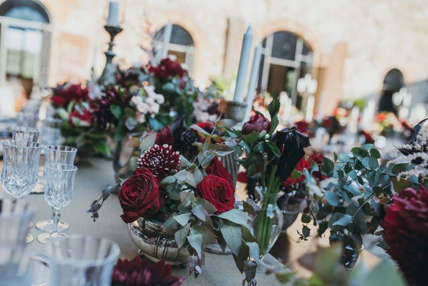 Wedding decor in red hues