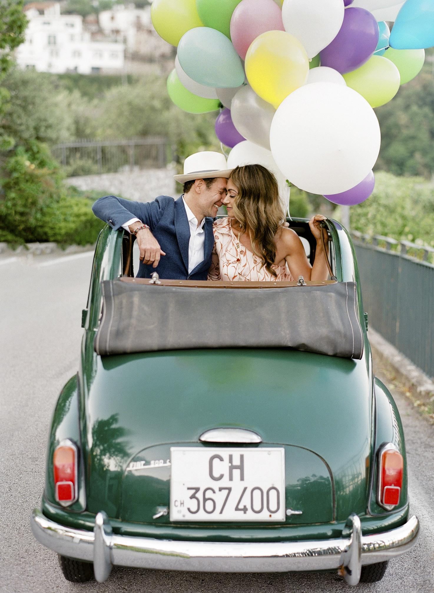 Bride and groom on a Cinquecento vintage car
